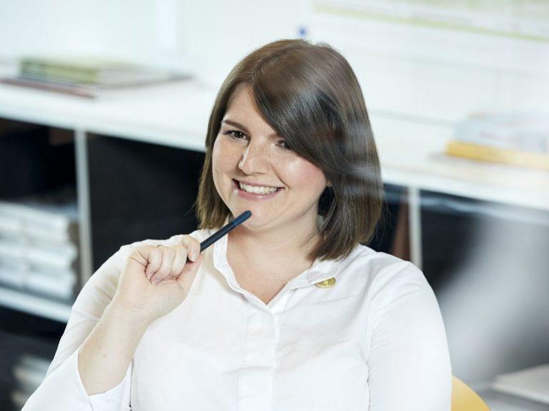 "Sarah Lüttges <br><h1 style=""font-size:80%; color:#7A7A7A;"">Direktorin Unternehmensentwicklung</h1>"