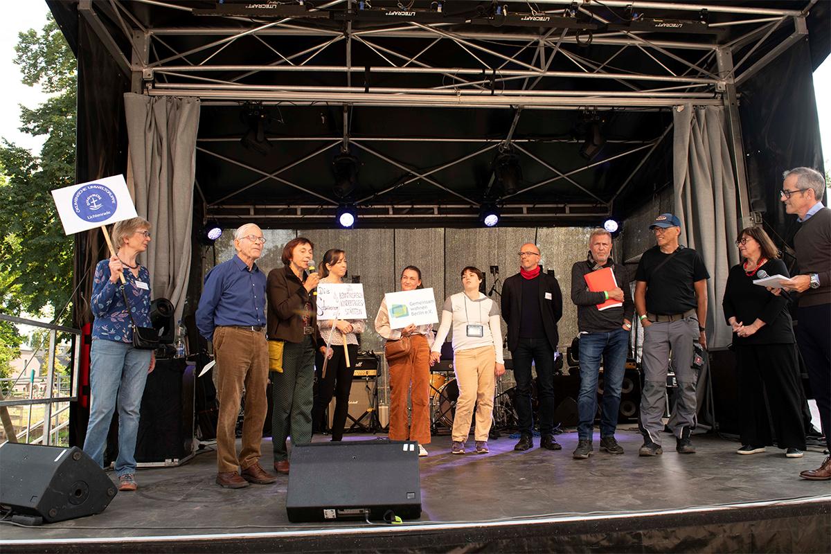 Die Bürgerinitiativen gemeinsam auf der Bühne (Copyright: Thorsten Eichholz)