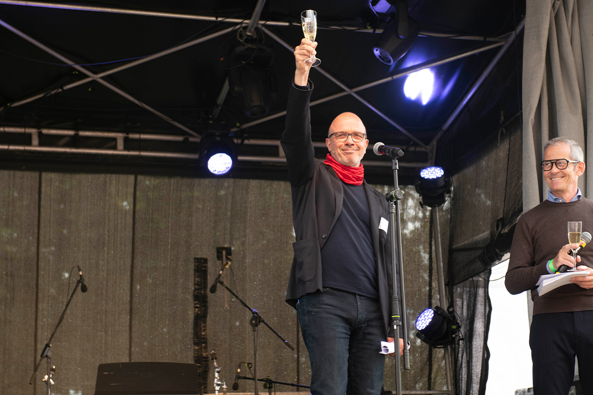 Prost! Thomas Bestgen erhebt das Glas auf das Erreichte und das, was noch kommen wird (Copyright: Thorsten Eichholz)