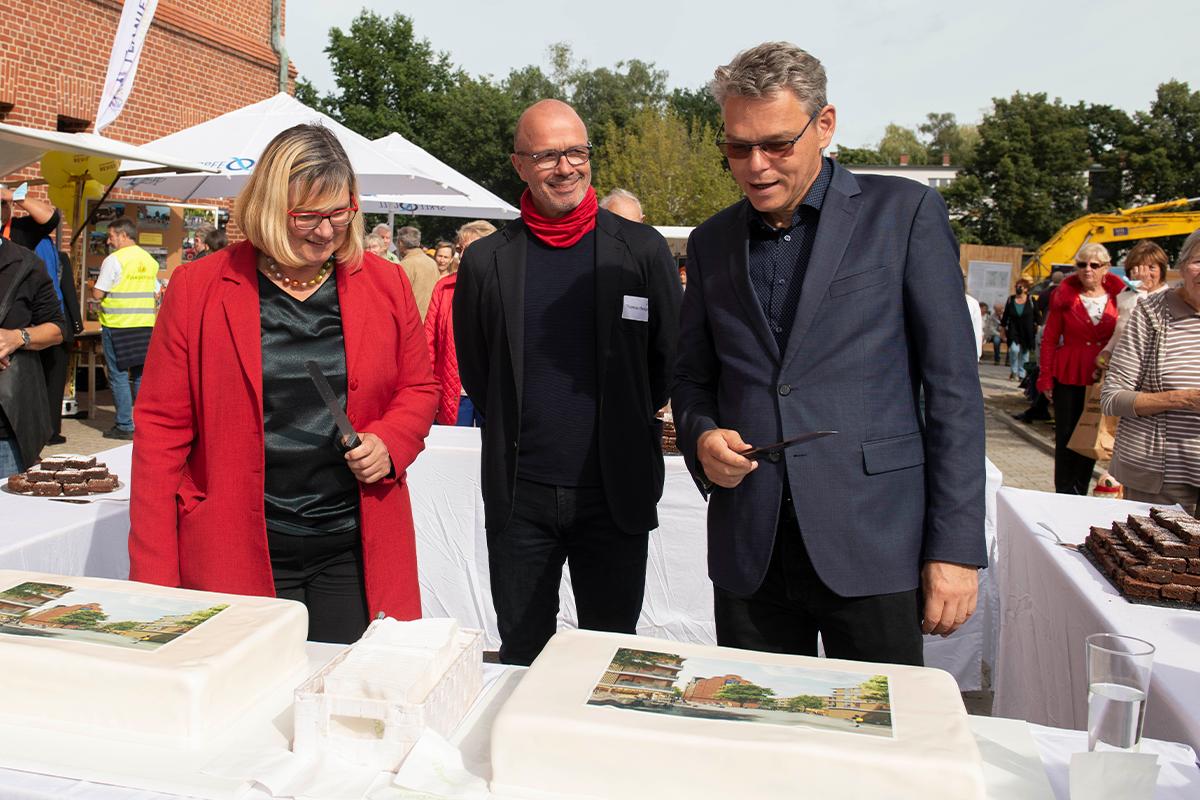 Der Anschnitt der Thementorte mit Bezirksbürgermeisterin Angelika Schöttler und Baustadtrat Jörn Oltmann (Copyright: Thorsten Eichholz)