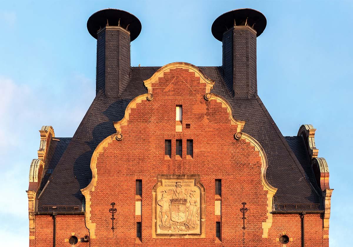 Stirnseite mit Wappen der Schlossbrauerei Schöneberg